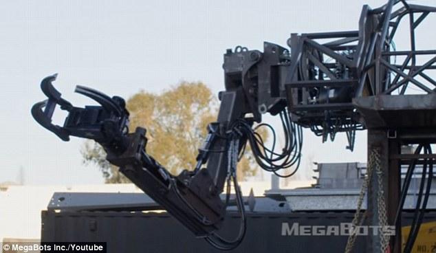 Robot Mỹ biểu trưng sức mạnh: nhấc xe ô tô lên cao rồi ném xuống đất vỡ vụn - Ảnh 2.
