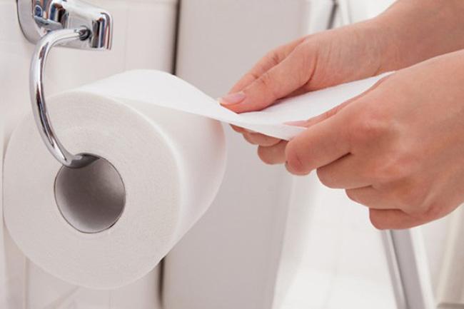 Nếu bạn vẫn dùng giấy vệ sinh sau khi đi tiểu nhất định phải biết sự thật đáng sợ này - Ảnh 1.