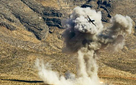 Cường kích A-10 chấp 4 tên lửa phòng không bắn lên ở Mosul  - Ảnh 1.
