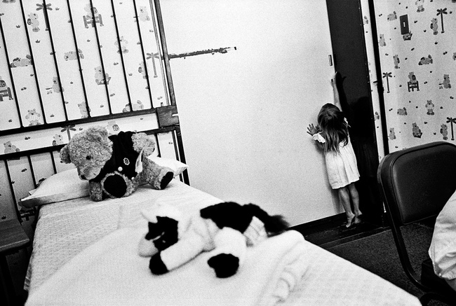 Loạt hình ám ảnh về những đứa trẻ từng bị lạm dụng tình dục - Ảnh 2.