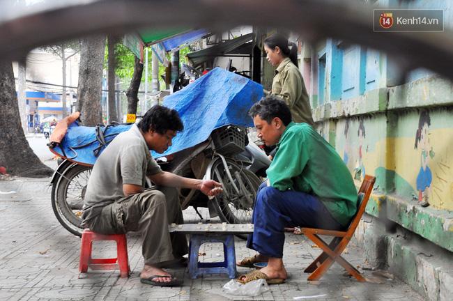 Cô gái 21 tuổi sửa xe máy ở vỉa hè Sài Gòn để phụ ba mẹ nuôi các em ăn học - Ảnh 11.