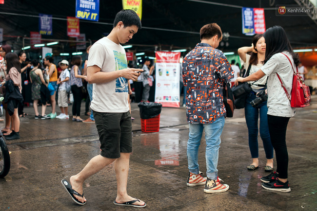 Chùm ảnh: Bạn trẻ Sài Gòn lập team, dàn trận trong công viên, ngoài phố đi bộ để săn Pokemon - Ảnh 11.