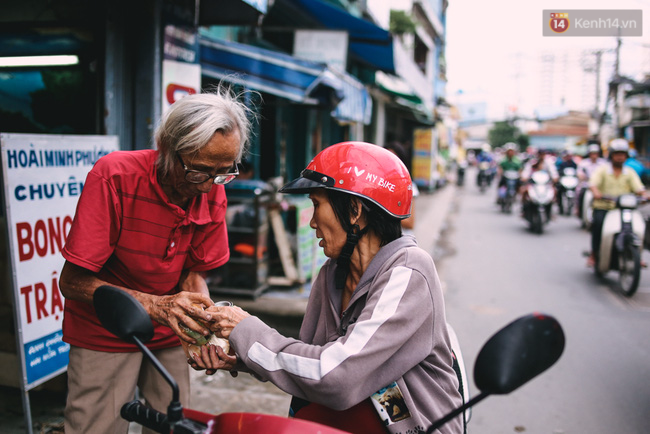 Người họa sĩ già và những tấm biển quảng cáo vẽ tay độc nhất vô nhị ở Sài Gòn - Ảnh 12.