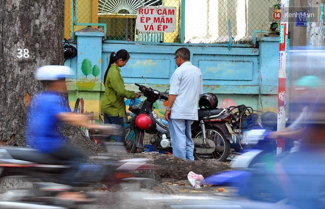 Cô gái 21 tuổi sửa xe máy ở vỉa hè Sài Gòn để phụ ba mẹ nuôi các em ăn học - Ảnh 12.