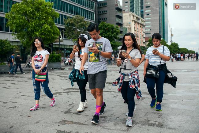 Chùm ảnh: Bạn trẻ Sài Gòn lập team, dàn trận trong công viên, ngoài phố đi bộ để săn Pokemon - Ảnh 12.