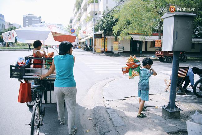 3 đứa trẻ trên chiếc xe hàng rong cùng mẹ mưu sinh khắp đường phố Sài Gòn - Ảnh 12.