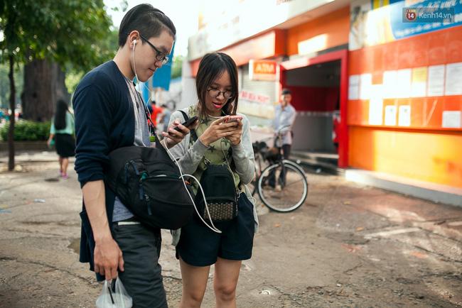 Chùm ảnh: Bạn trẻ Sài Gòn lập team, dàn trận trong công viên, ngoài phố đi bộ để săn Pokemon - Ảnh 13.