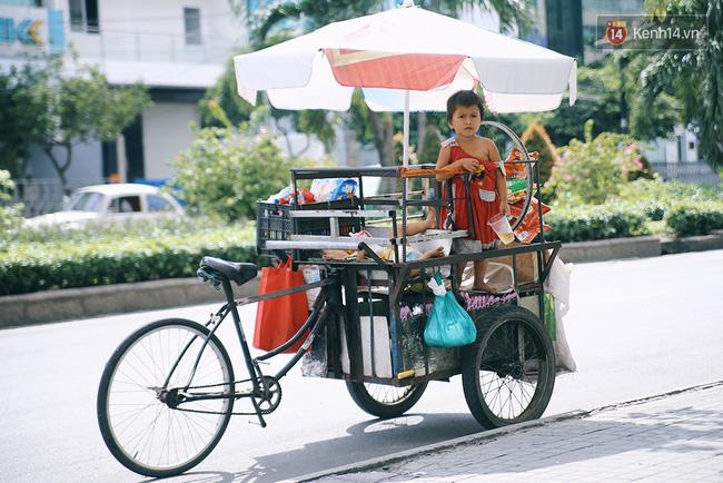 3 đứa trẻ trên chiếc xe hàng rong cùng mẹ mưu sinh khắp đường phố Sài Gòn - Ảnh 13.