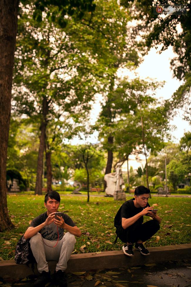 Chùm ảnh: Bạn trẻ Sài Gòn lập team, dàn trận trong công viên, ngoài phố đi bộ để săn Pokemon - Ảnh 14.