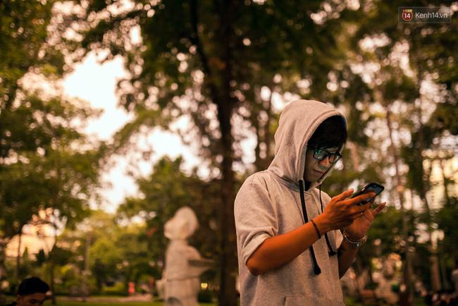 Chùm ảnh: Bạn trẻ Sài Gòn lập team, dàn trận trong công viên, ngoài phố đi bộ để săn Pokemon - Ảnh 15.