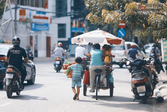 3 đứa trẻ trên chiếc xe hàng rong cùng mẹ mưu sinh khắp đường phố Sài Gòn - Ảnh 15.