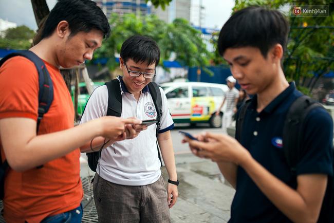 Chùm ảnh: Bạn trẻ Sài Gòn lập team, dàn trận trong công viên, ngoài phố đi bộ để săn Pokemon - Ảnh 16.