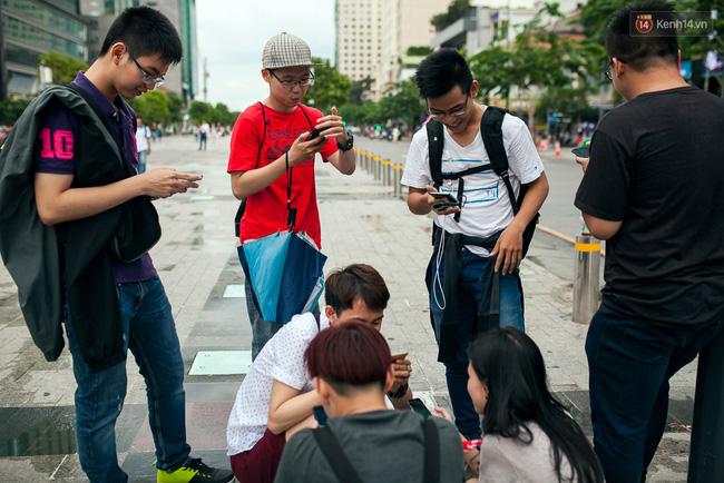 Chùm ảnh: Bạn trẻ Sài Gòn lập team, dàn trận trong công viên, ngoài phố đi bộ để săn Pokemon - Ảnh 17.