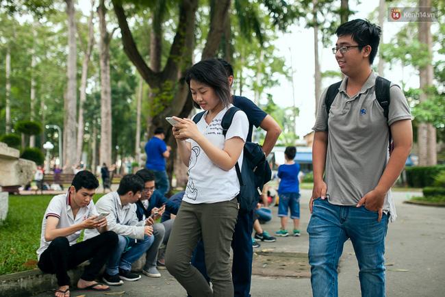 Chùm ảnh: Bạn trẻ Sài Gòn lập team, dàn trận trong công viên, ngoài phố đi bộ để săn Pokemon - Ảnh 18.