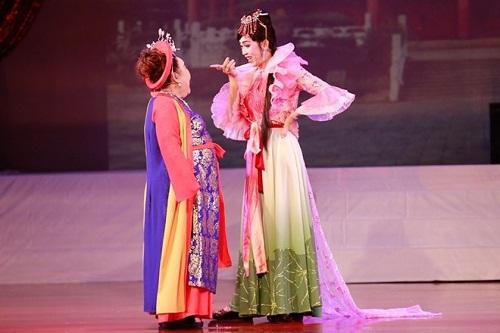 Hoa hậu cũng phải ghen với những hình ảnh này của Hoài Linh - Ảnh 19.