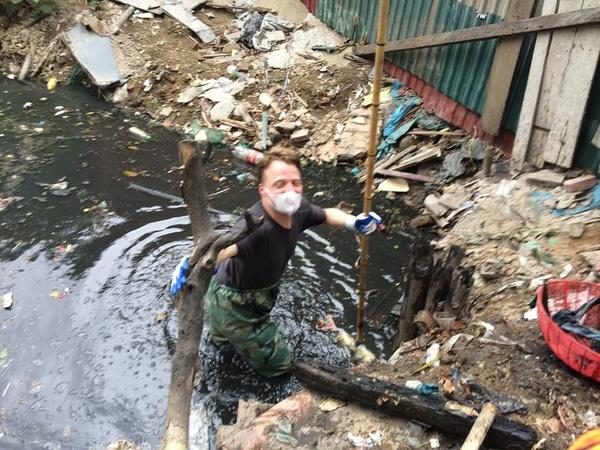 Nhìn trai Tây dọn rác ở Hà Nội: Đừng bắt tôi phải xấu hổ! - Ảnh 1.