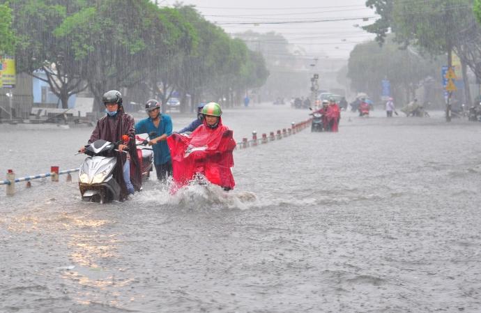 Biên Hòa trong biển nước, dân bì bõm về nhà - Ảnh 1.