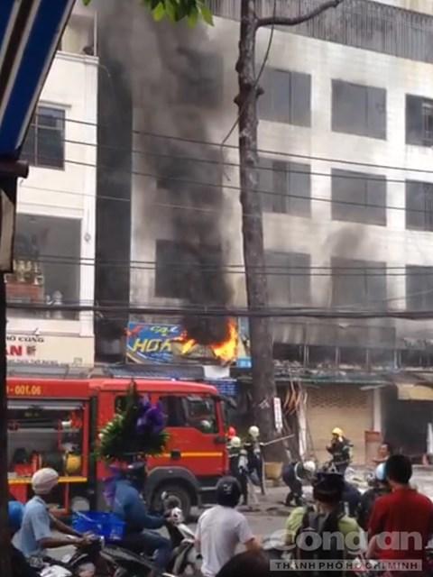 Tiệm sơn xe bốc cháy, hàng chục người hốt hoảng tháo chạy - Ảnh 1.