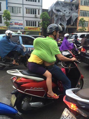 Chỉ cần tấm lưng vững chãi của cha, mưa gió đến đâu con gái nhỏ cũng thấy an toàn và ấm áp! - Ảnh 2.