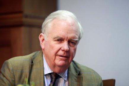 Ông Thomas J.Vallely là nhà sáng lập Chương trình Việt Nam tại Đại học Harvard.   Ông tham gia thành lập và phát triển Chương trình Giảng dạy kinh tế Fulbright tại Việt Nam trong suốt hơn 20 năm qua. Trong cuối những năm 80 và đầu những năm 90 ông là một trong những người Mỹ đã có nhiều đóng góp nhất cho quá trình bình thường hóa quan hệ ngoại giao giữa Việt Nam và Hoa Kỳ. Ông cùng các đồng nghiệp tại Chương trình Giảng dạy kinh tế Fulbright và các thành viên của Quỹ Tín thác Sáng kiến Đại học Việt Nam xây dựng Đại học Fulbright Việt Nam.