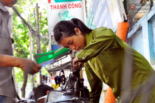 Cô gái 21 tuổi sửa xe máy ở vỉa hè Sài Gòn để phụ ba mẹ nuôi các em ăn học - Ảnh 2.