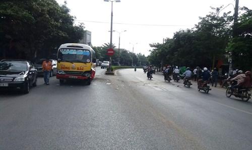 Xe bus đâm taxi xoay vòng trên quốc lộ, biến dạng kỳ dị - Ảnh 1.