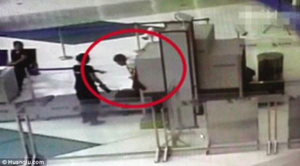 Không muốn đợi kiểm tra an ninh, người đàn ông chui luôn vào đường quét hành lý - Ảnh 2.