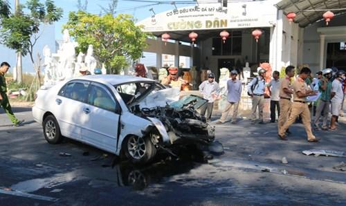 Xe khách tông ô tô con biến dạng kỳ dị, 4 người nhập viện - Ảnh 1.