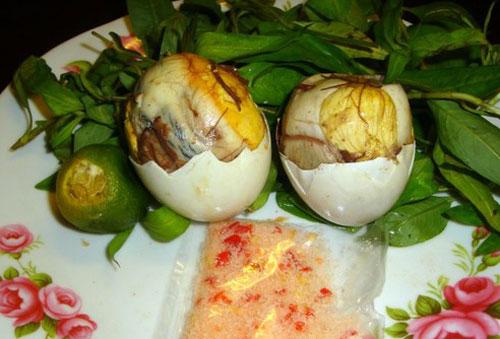 Cẩn thận với món lẩu... trứng vịt lộn - Ảnh 2.