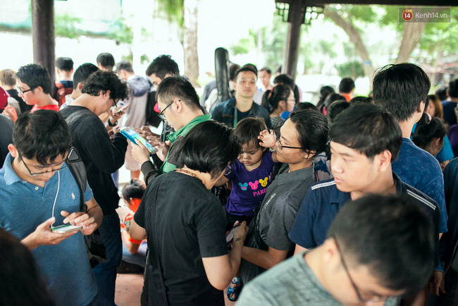 Chùm ảnh: Bạn trẻ Sài Gòn lập team, dàn trận trong công viên, ngoài phố đi bộ để săn Pokemon - Ảnh 2.