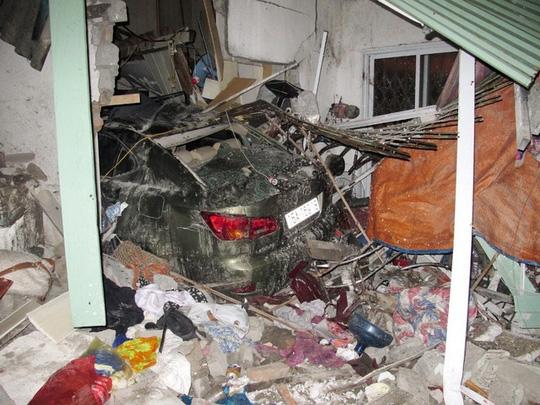 Xế hộp Lexus tông vào nhà dân, 6 người thương vong - Ảnh 1.