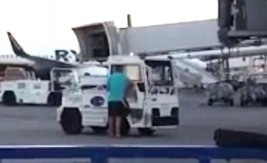 Nhỡ chuyến, hành khách lao ra đường băng chặn máy bay - Ảnh 2.