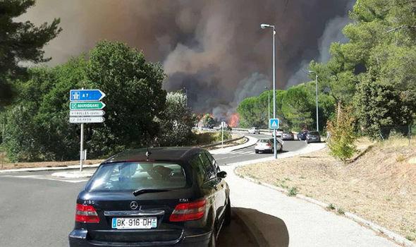 Cháy rừng ngoài tầm kiểm soát, Pháp sơ tán 10.000 dân - Ảnh 2.