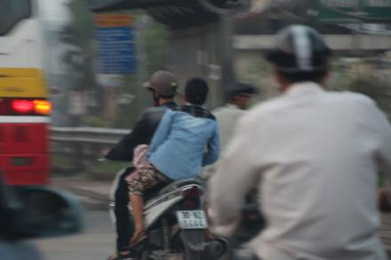Móc túi lộng hành trước cổng Bệnh viện Bạch Mai - Ảnh 2.