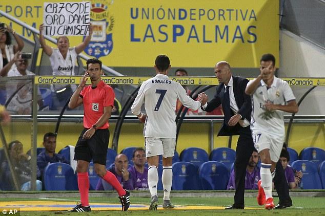 Biểu tượng toàn cầu Ronaldo cũng cần bờ vai của mẹ Dolores - Ảnh 1.