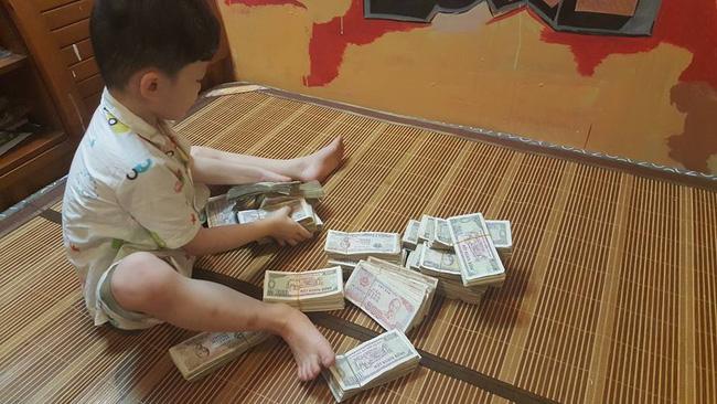 Hai cậu bé đập ống heo để gửi cho chú Phan Anh là hình ảnh đáng yêu nhất hôm nay! - Ảnh 3.
