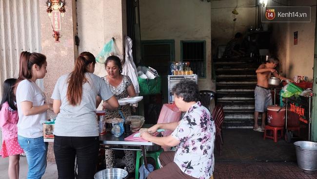 Vừa ăn vừa khóc với món xôi cay gần 50 năm luôn hút khách ở Sài Gòn - Ảnh 3.