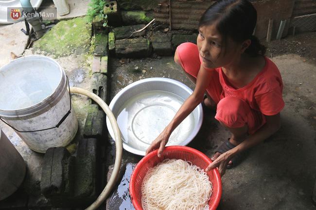 Cô gái mang khuôn mặt bà lão ở Quảng Nam: ăn gấp 10 lần người thường, uống mỗi ngày 36 lít nước - Ảnh 3.