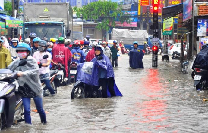 Biên Hòa trong biển nước, dân bì bõm về nhà - Ảnh 2.