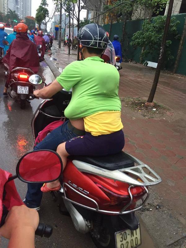 Chỉ cần tấm lưng vững chãi của cha, mưa gió đến đâu con gái nhỏ cũng thấy an toàn và ấm áp! - Ảnh 3.
