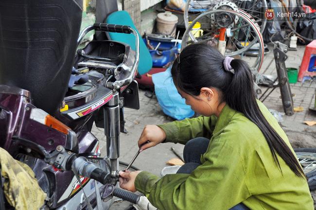 Cô gái 21 tuổi sửa xe máy ở vỉa hè Sài Gòn để phụ ba mẹ nuôi các em ăn học - Ảnh 3.