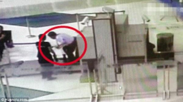 Không muốn đợi kiểm tra an ninh, người đàn ông chui luôn vào đường quét hành lý - Ảnh 3.