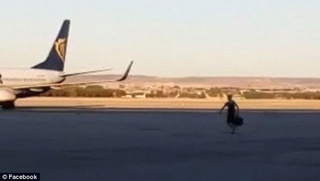 Nhỡ chuyến, hành khách lao ra đường băng chặn máy bay - Ảnh 3.