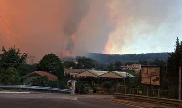Cháy rừng ngoài tầm kiểm soát, Pháp sơ tán 10.000 dân - Ảnh 3.