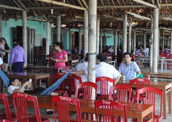 Khẳng định biển sạch, Bộ trưởng Trần Hồng Hà và lãnh đạo 4 tỉnh miền Trung tắm biển, ăn hải sản - Ảnh 2.