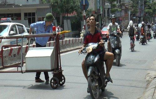 Giao thông Hà Nội kinh khủng: Chen lấn, chửi thề - Ảnh 2.