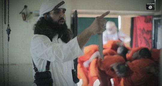 IS tung video giết mổ gián điệp Mỹ ghê rợn - Ảnh 2.