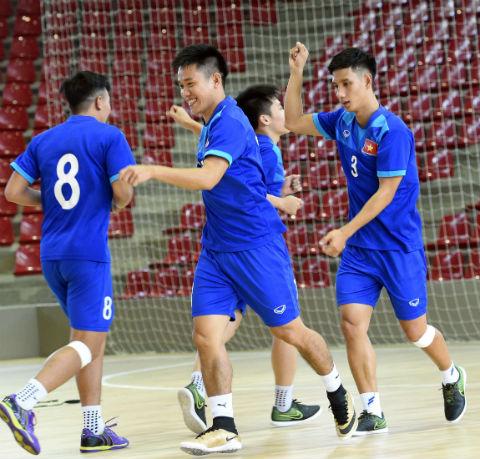 Fan nữ lặn lội đường xa cổ vũ cho tuyển futsal Việt Nam - Ảnh 2.