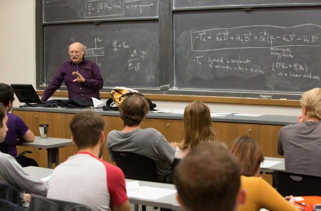 Giải Nobel Vật lý 2016 được trao cho ba nhà khoa học Anh đã mở ra những bí ẩn về vật chất lạ - Ảnh 2.