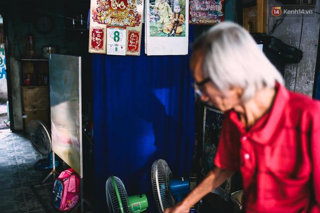 Người họa sĩ già và những tấm biển quảng cáo vẽ tay độc nhất vô nhị ở Sài Gòn - Ảnh 4.